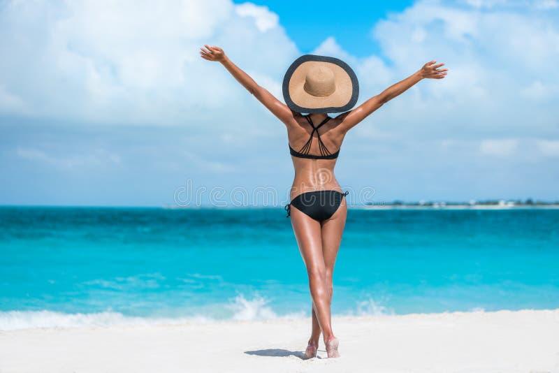 Sätta på land kvinnan för hatten för bikinin för semesterframgång den lyckliga fria royaltyfri foto