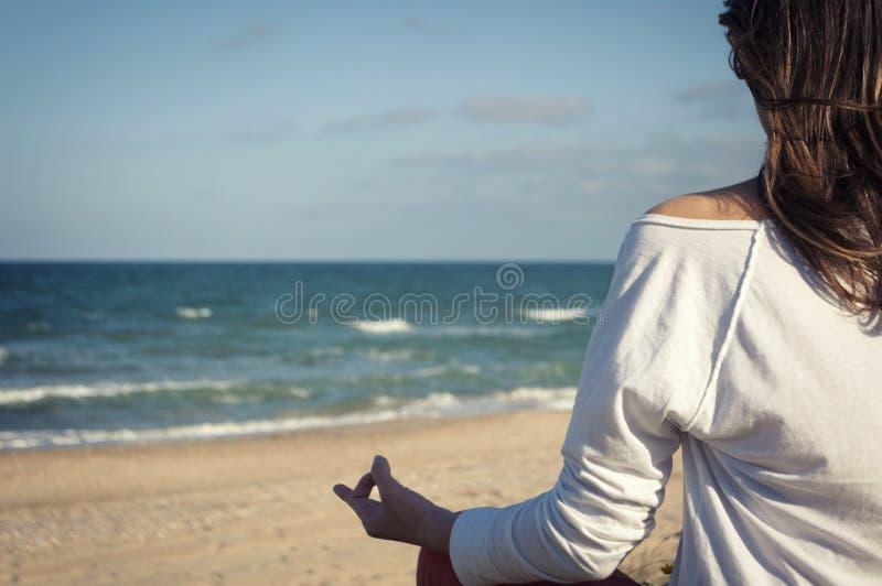 sätta på land meditationen royaltyfri fotografi