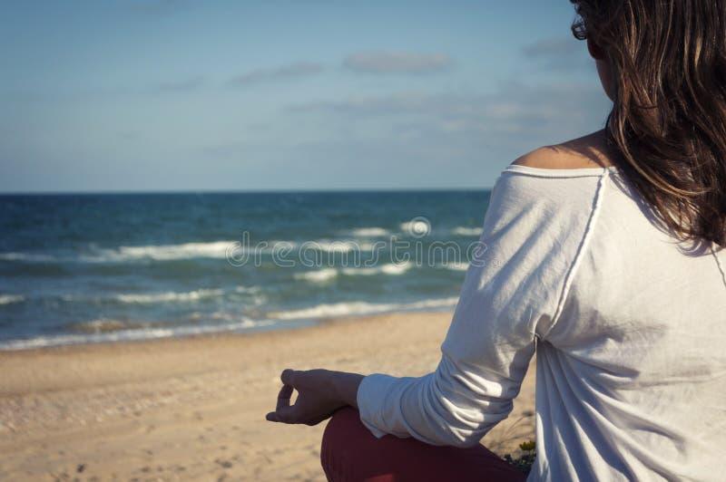 sätta på land meditationen arkivbilder