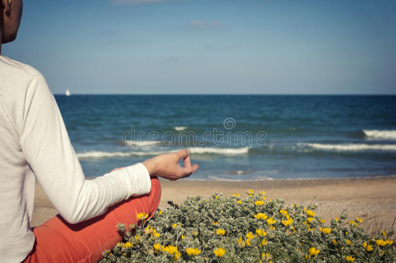 sätta på land meditationen royaltyfria bilder