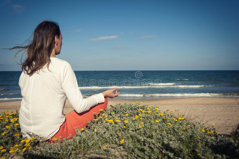 sätta på land meditationen arkivfoton