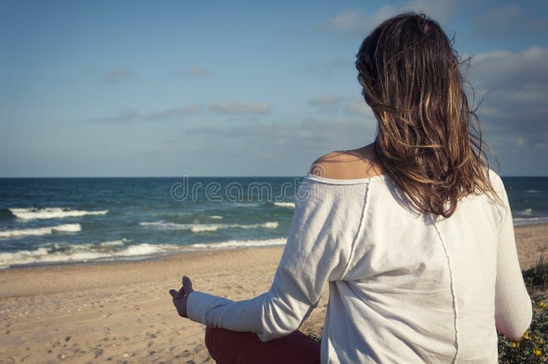 sätta på land meditationen fotografering för bildbyråer