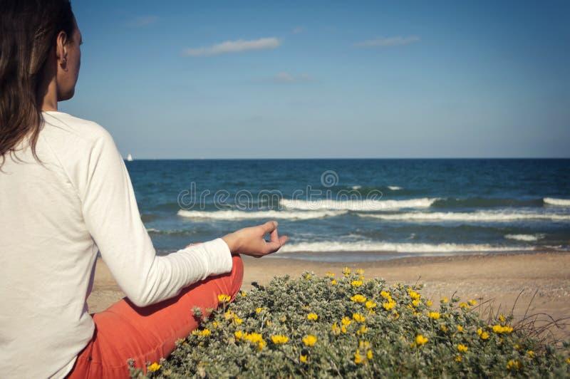 sätta på land meditationen royaltyfria foton