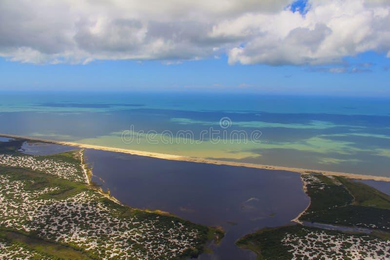 Sätta på land paradiset, den underbara stranden, strand i regionen av Arraial gör Cabo, tillstånd av Rio de Janeiro, Brasilien Sy royaltyfria foton