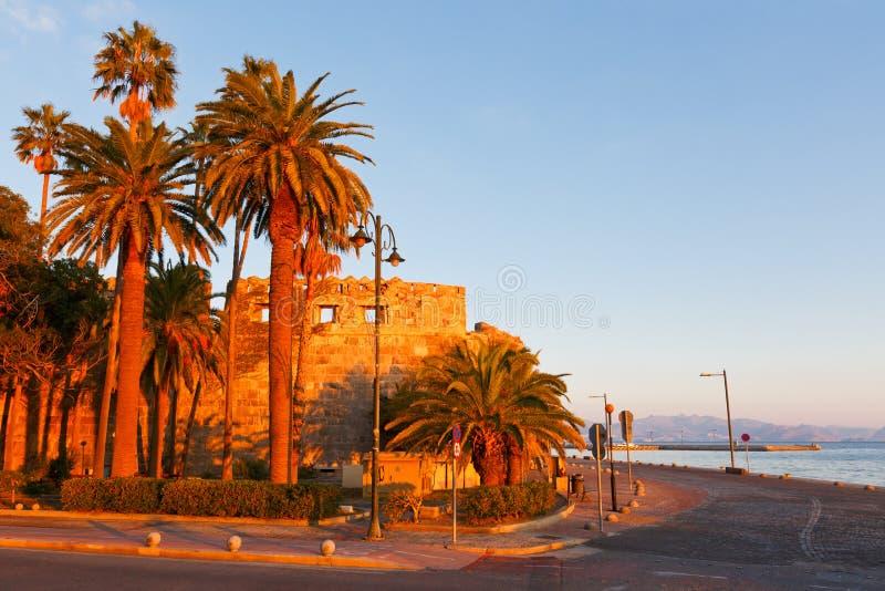 sätta på land paraplyer för orangen för kos för kefalos för den stolsgreece ön royaltyfri fotografi