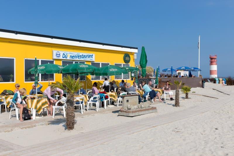 Sätta på land paviljongen med turister på dyn, den tyska ön i Northsea fotografering för bildbyråer