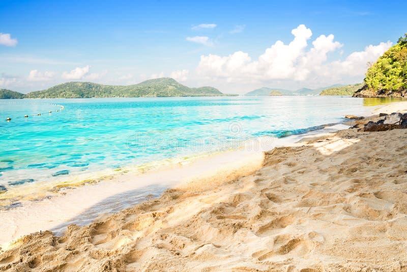 Sätta på land sand och slösa havet i blå himmel, sommarbegrepp royaltyfri foto