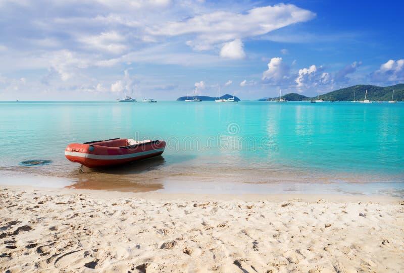 Sätta på land sand och slösa havet med fartyget i blå himmel arkivbilder