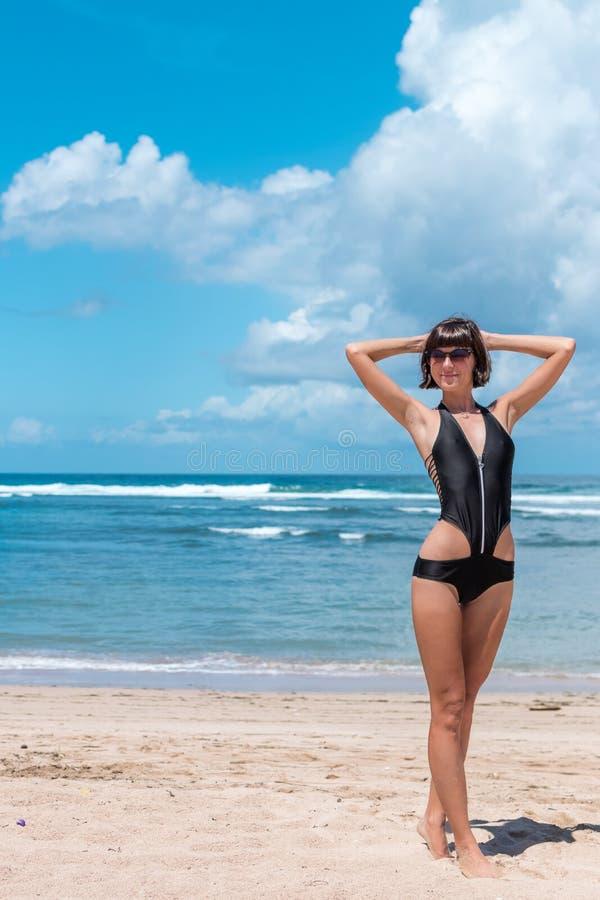 Sätta på land semestern Lycklig kvinna som tycker om solig dag på stranden Öppna armar, frihet, lycka och salighet Tropiskt begre arkivfoton