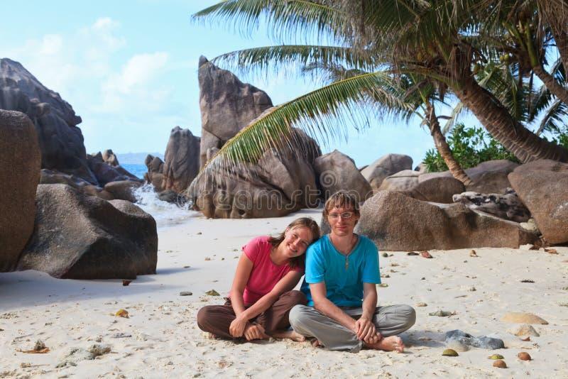 sätta på land tropiska par royaltyfria foton