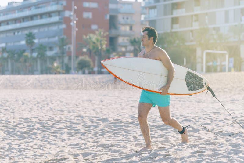 Sätta på land vattensportar som surfar mannen med kroppsurfingbrädaspring fotografering för bildbyråer