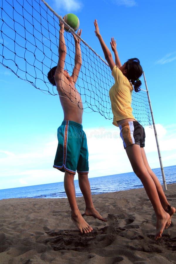 sätta på land volleyboll royaltyfri fotografi