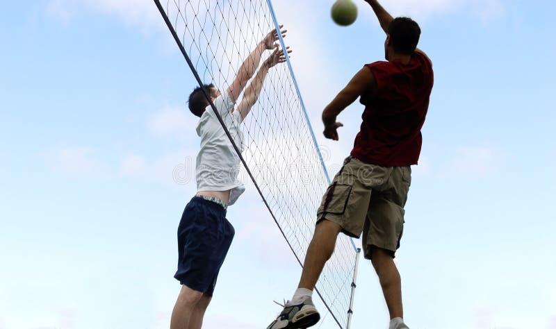sätta på land volleyboll arkivfoton