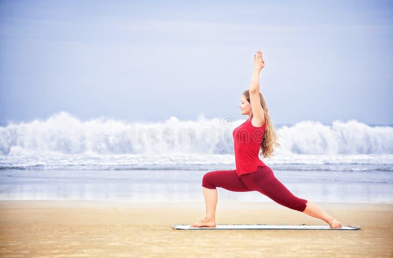 sätta på land yoga arkivbild