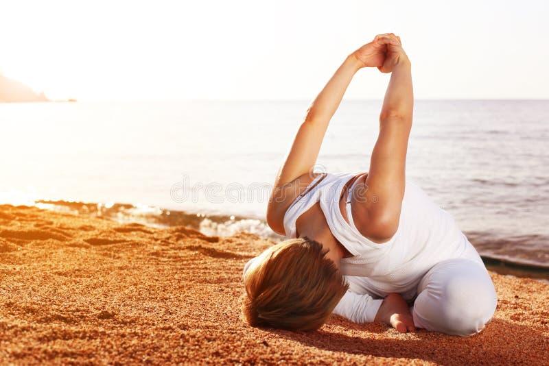 sätta på land yoga royaltyfri bild