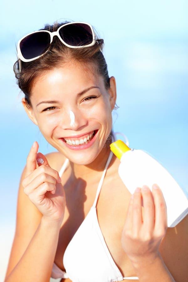 sätta sunscreensemesterkvinnan arkivfoton