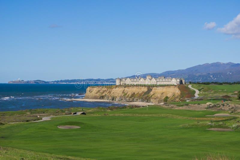 Sättande gräsplan för semesterort och för golfbana på klipporna vid Stilla havet, Half Moon Bay, Kalifornien royaltyfri foto