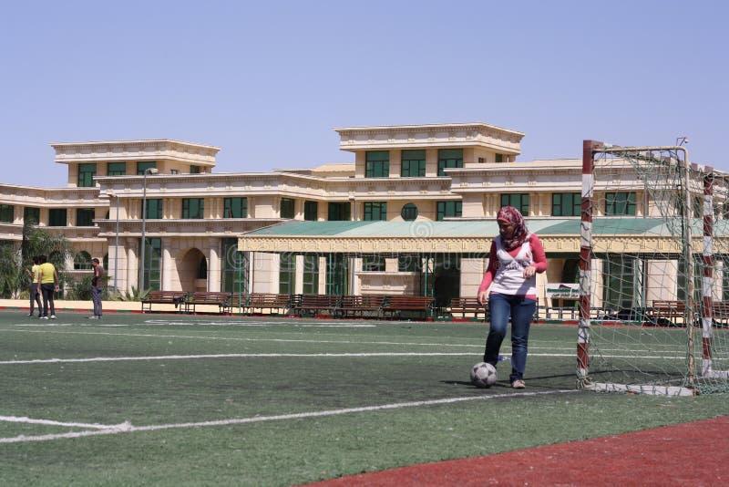 Leka fotbollfotboll för kvinna royaltyfria foton