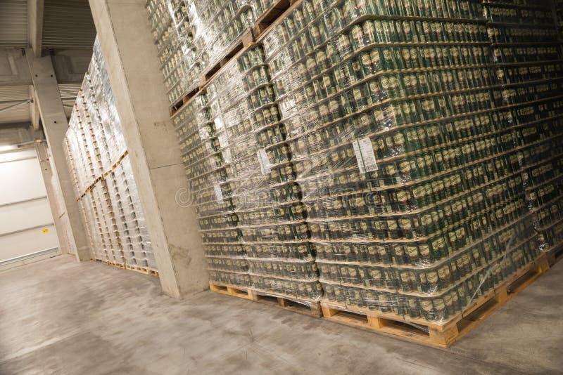 Sätze Bier in einem Brauereilager stockbild