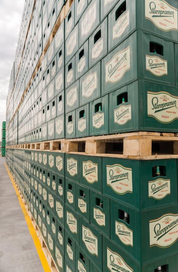 Sätze des abgefüllten Bieres in einem Speicherlos im Freien stockfoto
