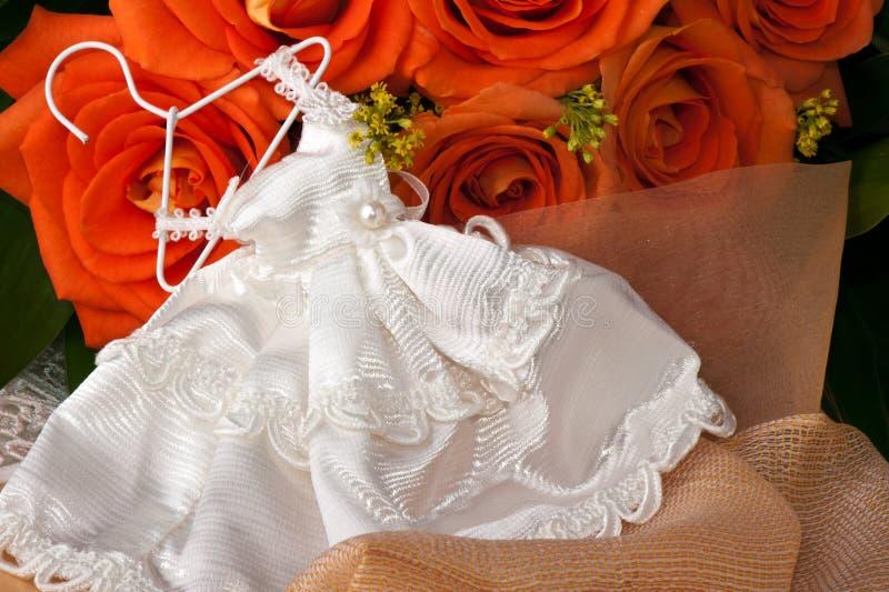 Säubern-Bevorzugungen und orange Rosen stockfoto