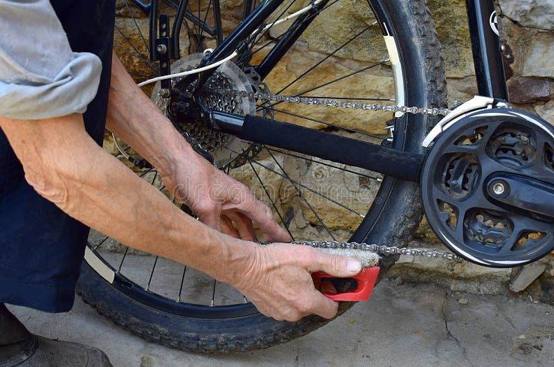 Säubern der Fahrradkette, Nahaufnahme lizenzfreie stockfotografie