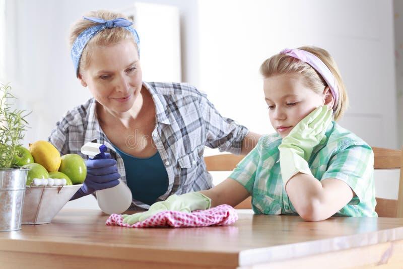 Säubern an der Küche lizenzfreies stockfoto