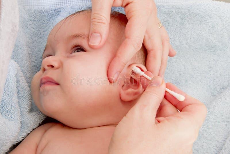 Säubern der Ohren lizenzfreie stockbilder