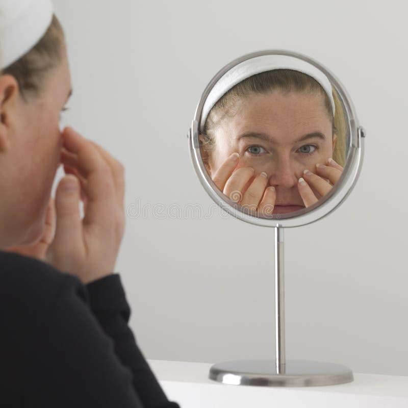 Säubern ihres Gesichtes stockfotos