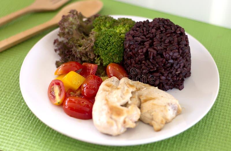 Säubern Sie das essen, sauberes Lebensmittel, das gegrillte Huhn und Gemüse und Reis lizenzfreies stockbild