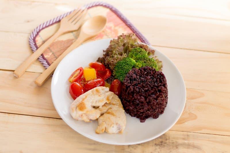 Säubern Sie das essen, sauberes Lebensmittel, das gegrillte Huhn und Gemüse und Reis lizenzfreies stockfoto