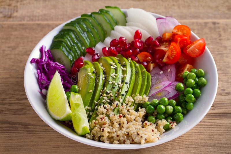 Säubern Sie das gesunde Detoxessen Mittagessenschüssel des strengen Vegetariers und des Vegetariers Quinoa, Avocado, Granatapfel, lizenzfreie stockfotos