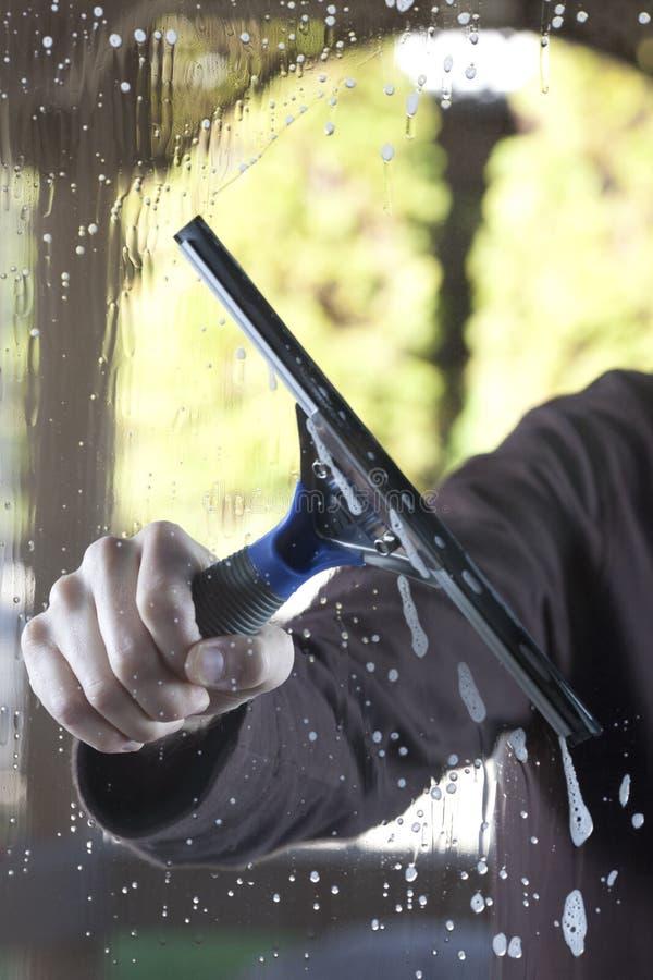 Säubern Sie Fenster mit Gummiwalze stockfotografie