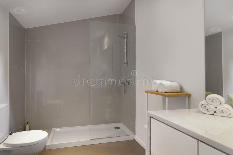Säubern Sie frisches und helles Badezimmer lizenzfreie stockfotos