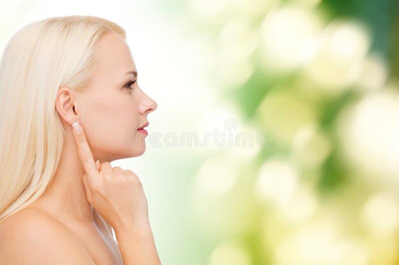 Säubern Sie Gesicht der schönen jungen Frau lizenzfreies stockfoto