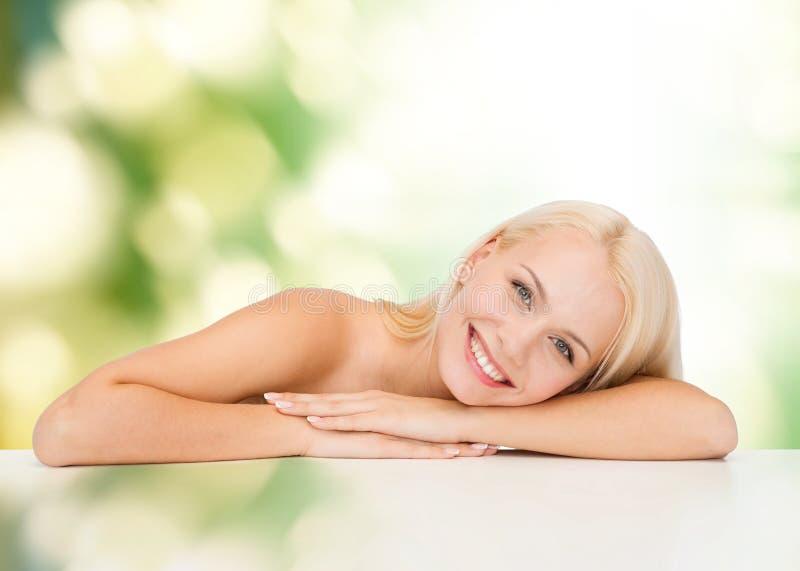 Säubern Sie Gesicht und Schultern der schönen jungen Frau lizenzfreie stockfotografie