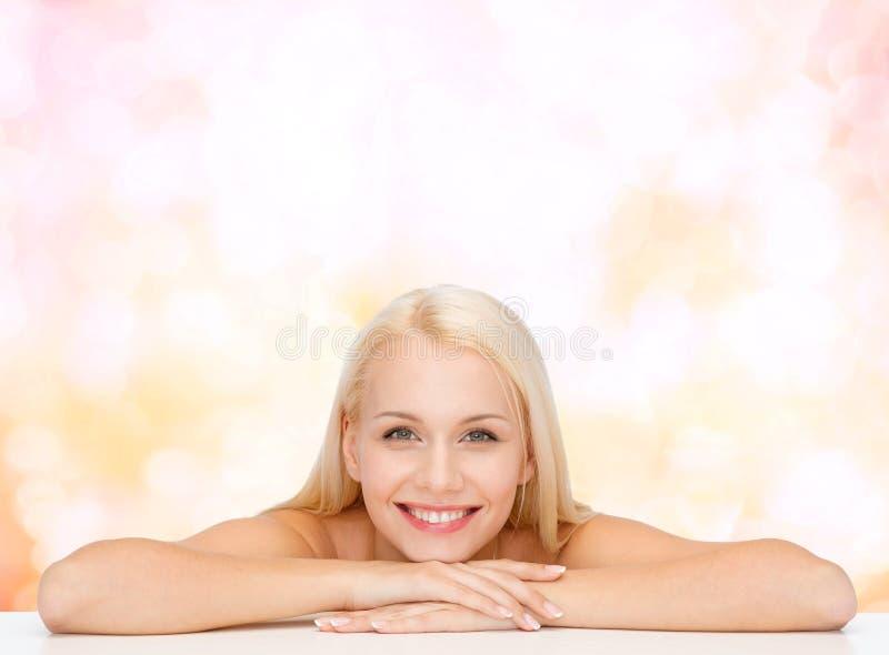 Säubern Sie Gesicht und Schultern der schönen jungen Frau lizenzfreie stockbilder