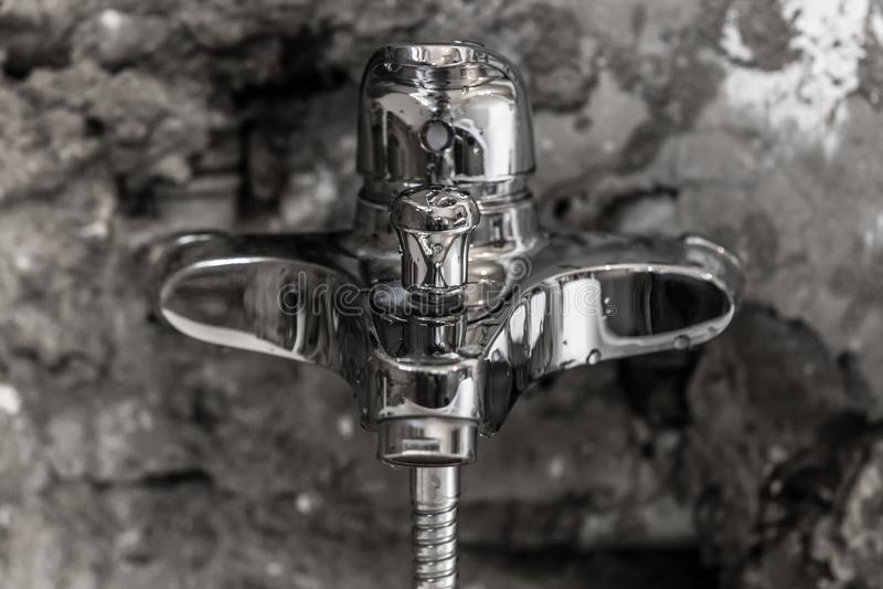 Säubern Sie glänzenden nassen Metallbadezimmer-Wasserhahn stockbilder