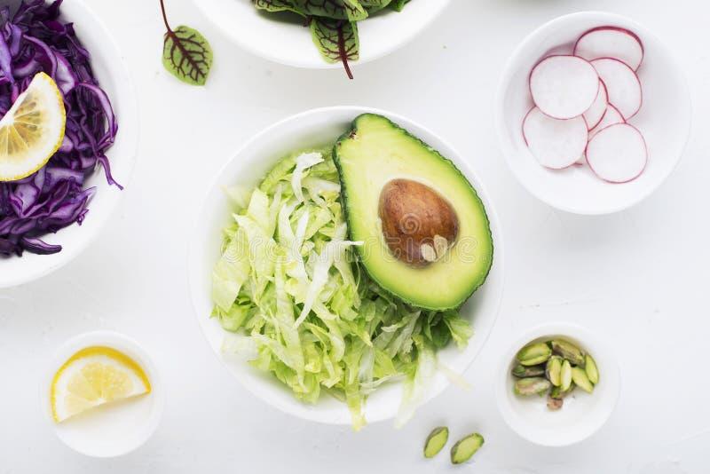 Säubern Sie Lebensmittel Frisches rohes Gemüse und Kopfsalatblätter, zum eines gesunden Imbissmahlzeitsalats zuzubereiten Beschne lizenzfreies stockbild