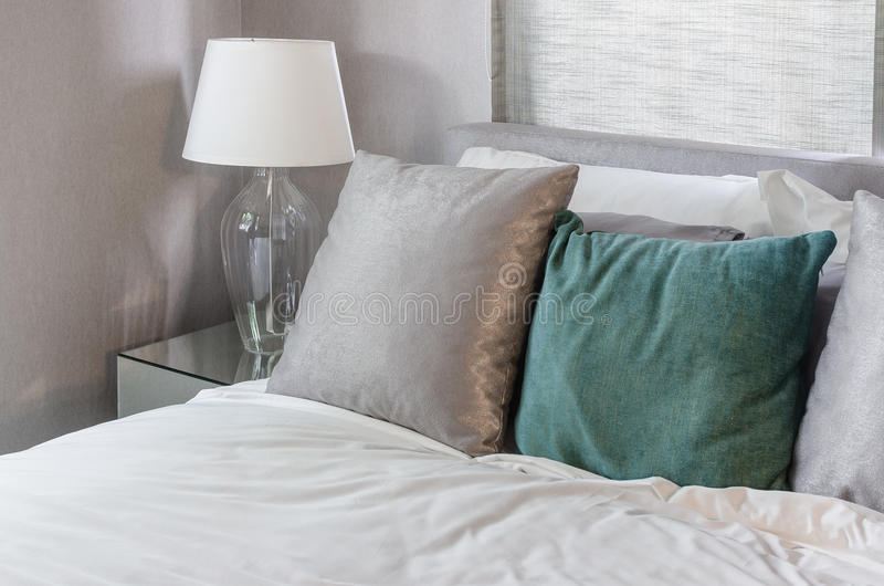 Säubern Sie modernes Schlafzimmer mit weißer Lampe zu Hause stockbilder