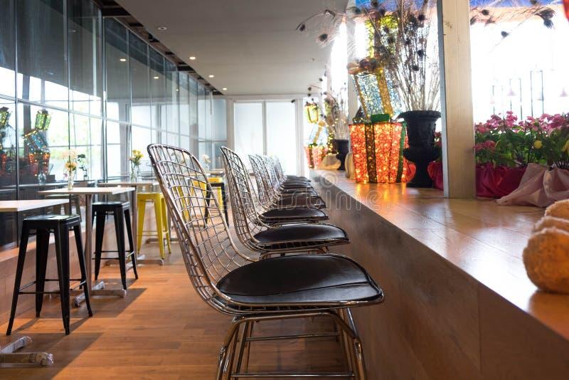 Säubern Sie Stuhl und Couchtisch im Caféhintergrund lizenzfreies stockbild