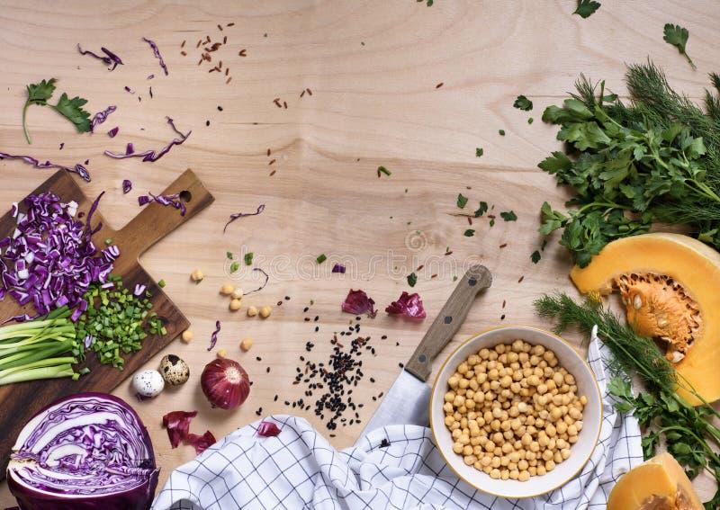 Säubern Sie vegetarisches Essenkonzept über natürlichem hölzernem Hintergrund, lizenzfreies stockfoto