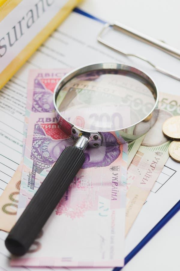 Säubern Sie Versicherungsform, -ordner, -lupe und -geld lizenzfreie stockbilder