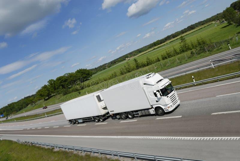 Säubern Sie weißen LKW auf Datenbahn stockfoto