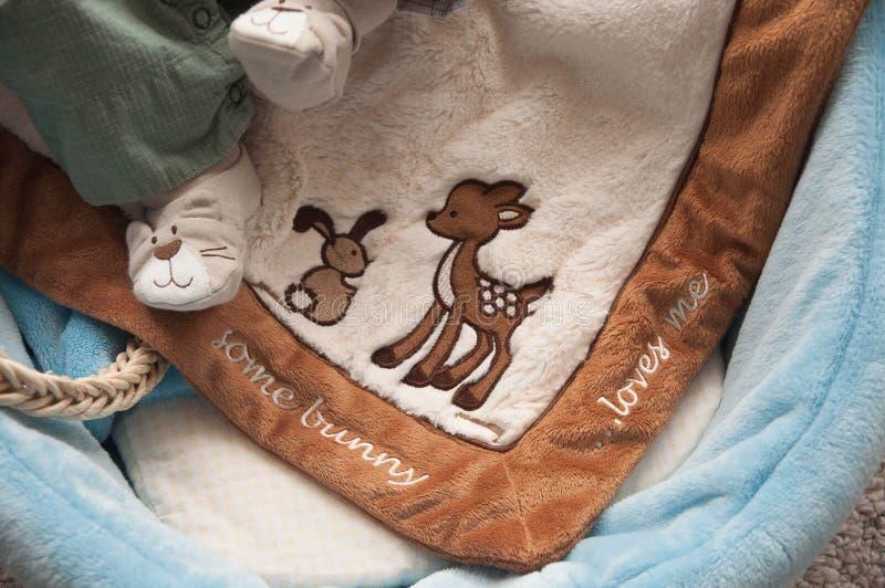 Säuglingsfüße gezeigt, eine Decke stillstehend stockfotos