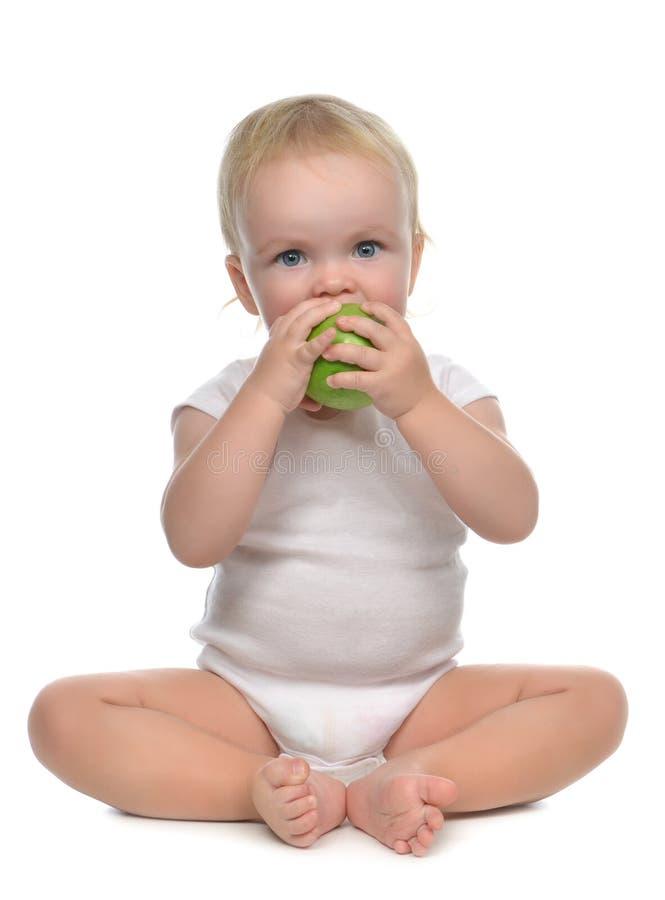 Säuglingskinderbaby-Säuglingsmädchen, das Apfel isst stockbilder
