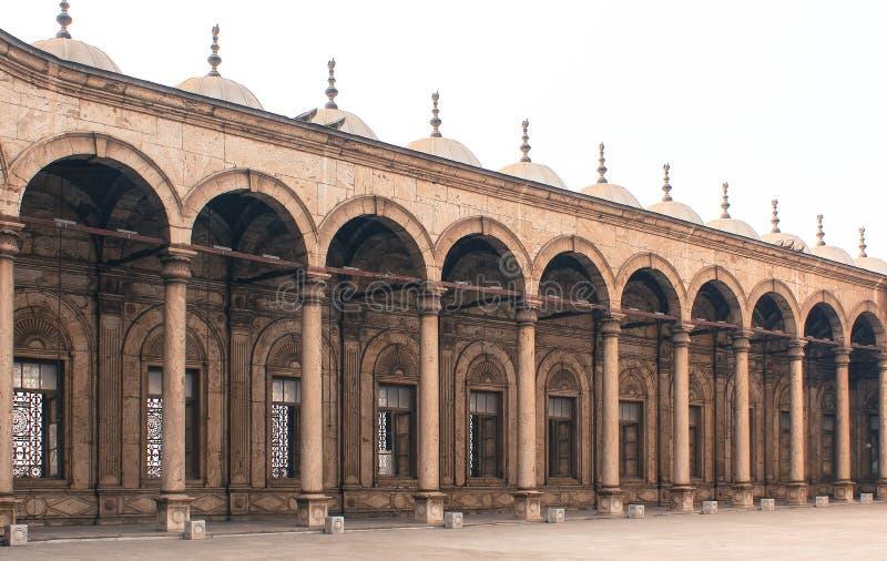 Säulen einer alten Moschee in altem Kairo, Ägypten stockbilder