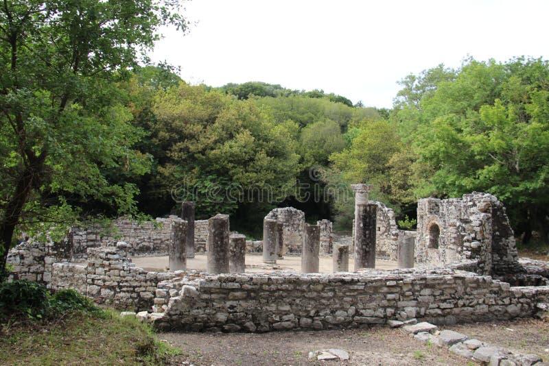 Säulen und alte Steinwände Alte Hafenstadt Butrint stockfotografie