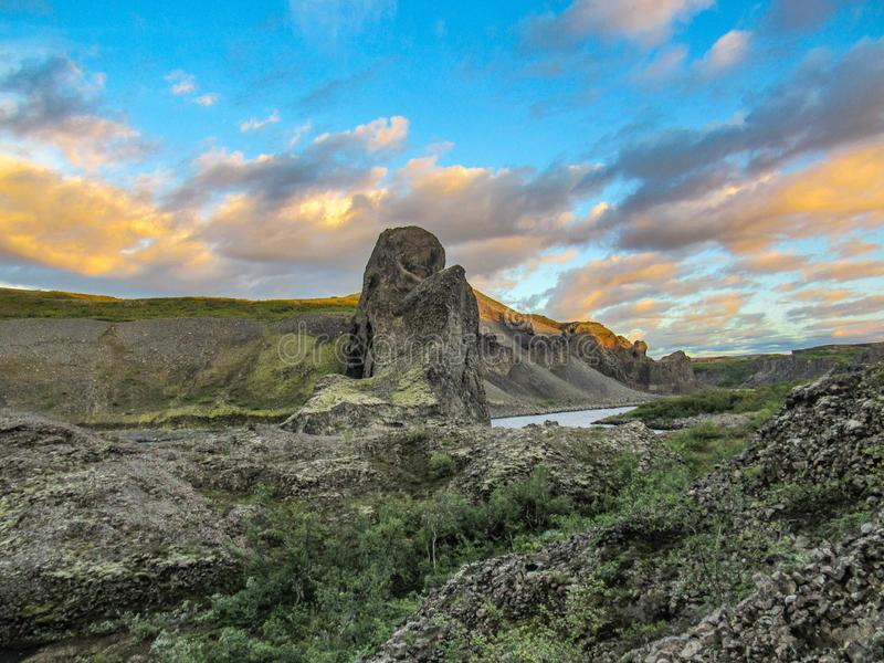 Säulenbasalt und Glazial- Fluss Jokulsa der einzigartigen Bildungen ein Fjollum bei Sonnenuntergang in Vesturdalur, Asbyrgi, nord lizenzfreies stockbild