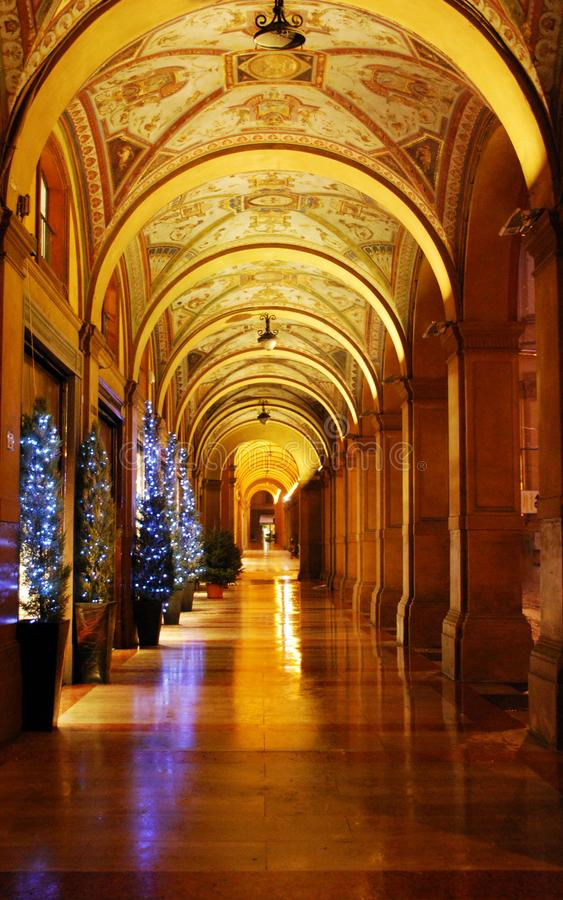Säulengänge von Bologna am Weihnachten lizenzfreies stockfoto